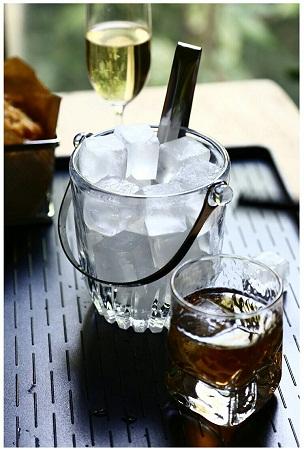 Ice cube bucket